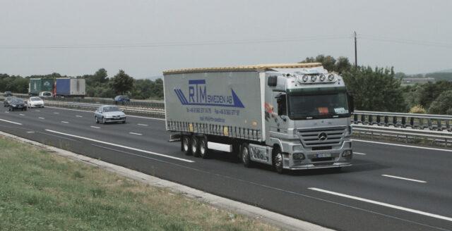 Lastbilar utsatta för stenkastning – två förare skadade